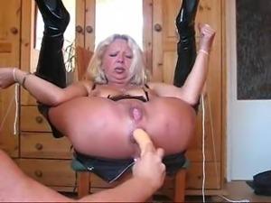 Amateur toys his blonde girlfriend till she cums