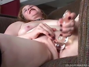 Gorgeous old cougar in sexy stockings frigs her wet cunt and makes herself cum