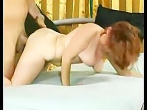 Mature slut fucking her pussy
