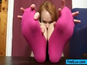 Redhead babe Samatha sexy feet and legs show free