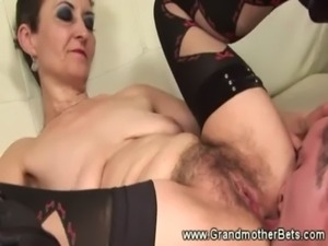 Amateur granny gets her pussy serviced free