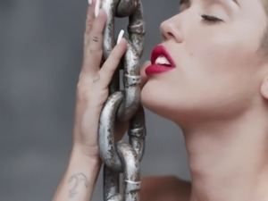 Miley Cyrus -Wrecking Ball