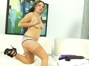 Enjoy splendid lickerish slut Kiki Daire playing with monster playthings