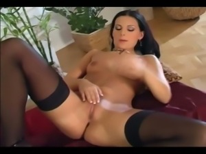 Sexy brunette mili diddles her dwaddle