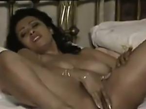 Amateur MILF Masturbating