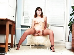 Brunette dildoing her back swing like it aint no thing