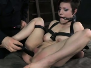 Electro sex session with bonded skank