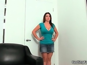 Amateur chick with big tits showing her