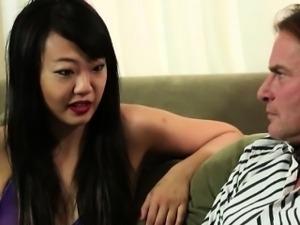 Sexy masseuse handjobs her clients cock til she got a facial