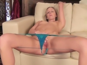 Summer Taylor masturbates on the couch