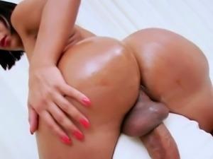 Huge booty tranny Sabrina Suzuki masturbates her cock
