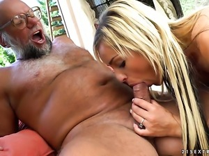 Blonde has oral sex of her lifetime with horny guy