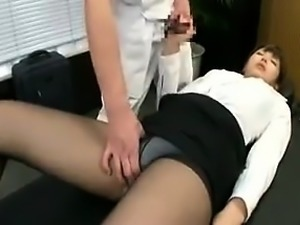 Elegant Japanese babe in pantyhose has a masseur fulfilling