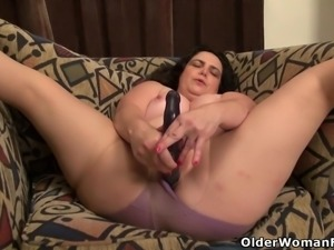 American milf Lexy James stuffs her pussy with dildo
