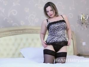 Ellariya Rose masturbates and strips naked in bed
