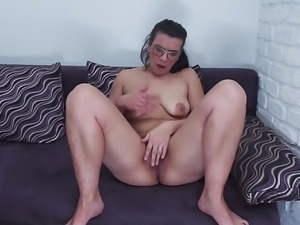 Mature big ass mom Vianne feeding hairy pussy